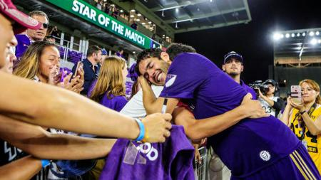 Kaka berpelukan dengan suporter Orlando City. - INDOSPORT