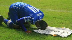 Indosport - Selebrasi emosional Bijahil Calwa untuk Choirul Huda.