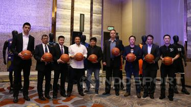 Managing Partner CLS Knights Surabaya Christopher Tanuwidjaja (ketiga dari kiri) bersama perwakilan klub ABL. - INDOSPORT