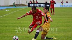 Indosport - Winger Semen Padang, Riko Simanjuntak, coba menghindari adangan pemain Mitra Kukar.