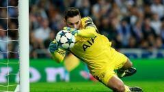 Indosport - Hugo Lloris memperlihatkan aksi heroik saat menangkap bola tendangan lawan.