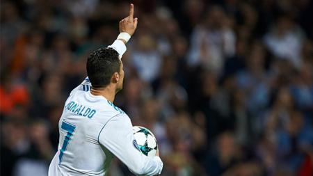 Cristiano Ronaldo berselebrasi usai cetak gol penalti ke gawang Tottenham Hotspur. - INDOSPORT