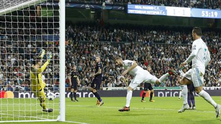 Karim Benzema menyundul bola ke gawang yang dijaga Hugo Lloris. - INDOSPORT