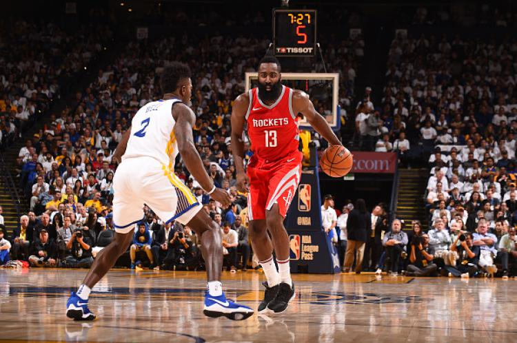 Pemain megabintang Houston Rockets, James Harden (kiri) mendapat penjagaan dari Jordan Bell, pemain Golden State Warriors. Copyright: INDOSPORT
