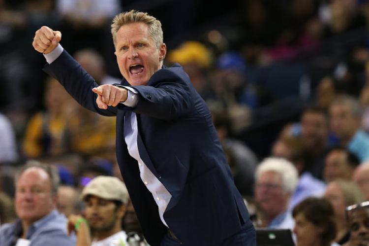 Steve Kerr, pelatih Golden State Warriors saat memberikan instruksi dari pinggir lapangan. Copyright: INDOSPORT