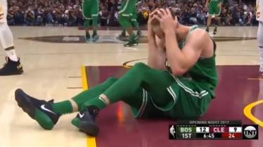 Gordon Hayward, small forward anyar Boston Celtics alami patah kaki pada laga debutnya. - INDOSPORT