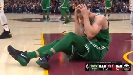Gordon Hayward, small forward anyar Boston Celtics alami patah kaki pada laga debutnya. - INDOSPORT
