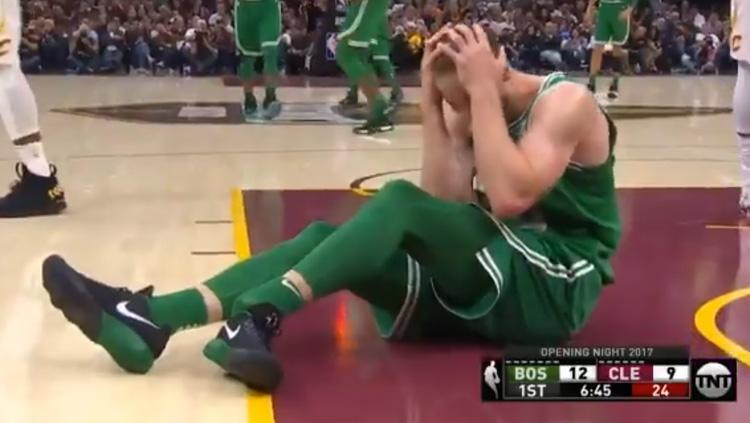Gordon Hayward, small forward anyar Boston Celtics alami patah kaki pada laga debutnya. Copyright: Twitter Dave Noriega