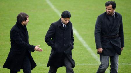 Direktur Olahraga Paris Saint-Germain Brazilian Leonardo (kiri), Presiden Nasser Al-Khelaifi (tengah), dan Emir Qatar Tamim bin Hamad Al-Thani. - INDOSPORT