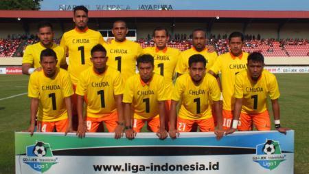 Skuat Persija Jakarta saat melakukan foto dengan memakai kaus no 1 Choirul Huda sebelum kick off. - INDOSPORT