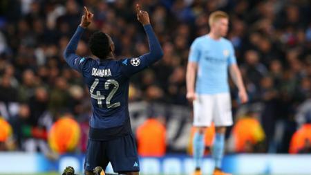 Amadou Diawara berselebrasi pasca mencetak gol ke gawang Manchester City. - INDOSPORT