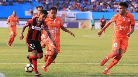 Friska Womsiwor dikawal ketat beberapa pemain Persija Jakarta. - INDOSPORT