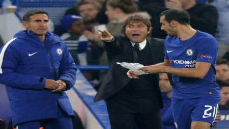 Pelatih Chelsea, Antonio Conte menyerahkan kertas ke David Zappacosta - INDOSPORT