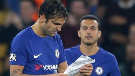 Cesc Fabregas menerima kertas dari Antonio Conte. - INDOSPORT
