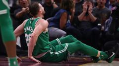 Indosport - Gordon Hayward saat mengalami cedera kaki di awal kompetisi NBA 2017/18 lalu.
