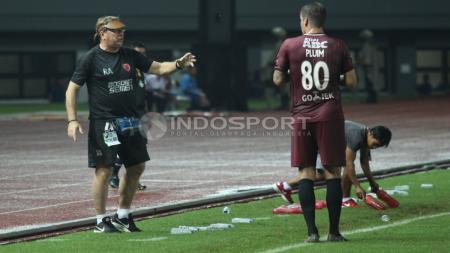 Pelatih PSM Makassar, Robert Rene Alberts (kiri) memberikan arahan kepada pemainnya. - INDOSPORT