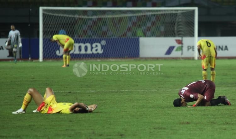 Sujud syukur pemain PSM Makassar dan rasa kekecewaan pemain Bhayangkara FC usai pertandingan. Copyright: Herry Ibrahim/INDOSPORT