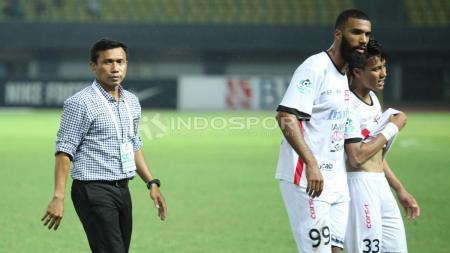 Pelatih Bali United, Widodo C Putro (kiri) memberi semangat kepada dua pemainnya usai laga. - INDOSPORT