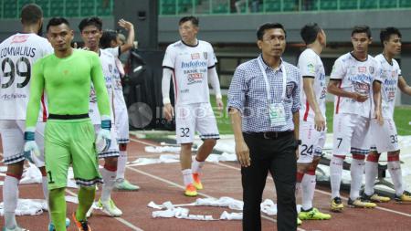 Pelatih Bali United, Widodo C Putro (tengah) bersama para pemain Bali United memberi penghormatan kepada suporter Bali United yang datang ke stadion. - INDOSPORT