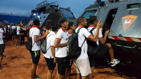 Pemain Madura United saat naik mobil rantis. - INDOSPORT