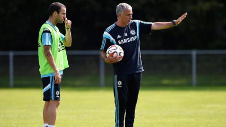 Jose Mourinho (kanan) membawa Cesc Fabregas (kiri) bergabung di Chelsea. - INDOSPORT