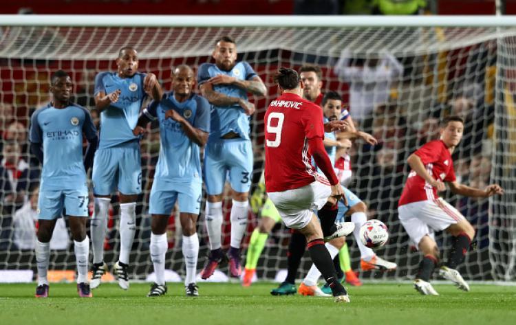 Zlatan Ibrahimovic saat melawan Manchester City, musim lalu. Copyright: INDOSPORT