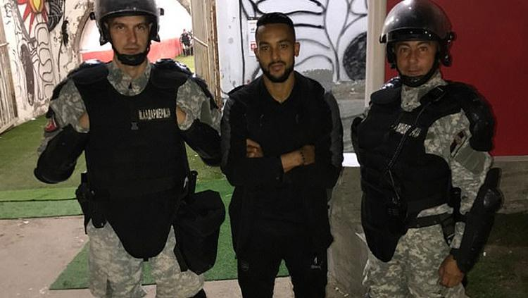 Theo Walcott pose bersama polisi Serbia. Copyright: dailymail.co.uk