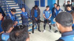 Indosport - Penggawa Persib Bandung saat mendengarkan instruksi.