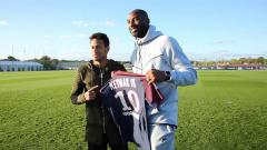 Indosport - Kobe berpose dengan jersey Neymar
