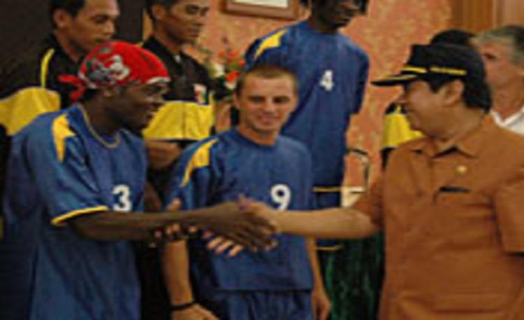 Ndetou Blaise saat diperkenalkan sebagai pemain Mitra Kukar pada tahun 2006. Copyright: mitrakukar.com