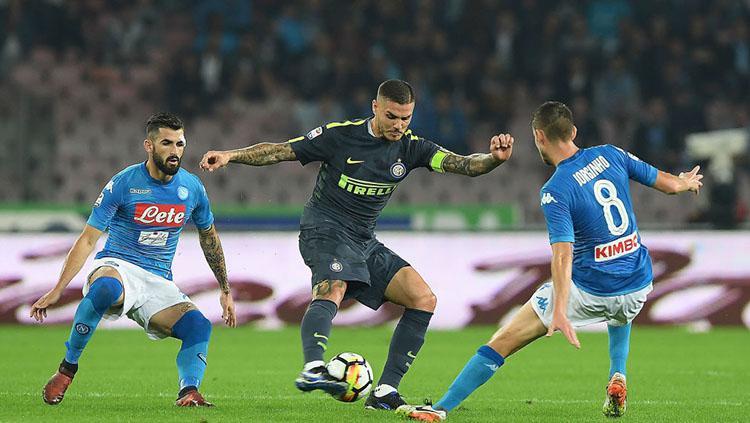 Aksi Mauro Icardi mempertahankan bola dari rebutan pemain Napoli. Copyright: Getty Images