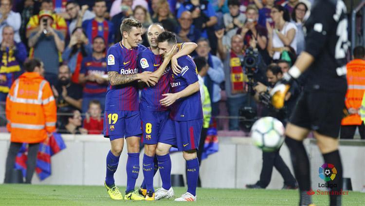 Andres Iniesta merayakan gol ke gawang Malaga bersama Lionel Messi. Copyright: La Liga