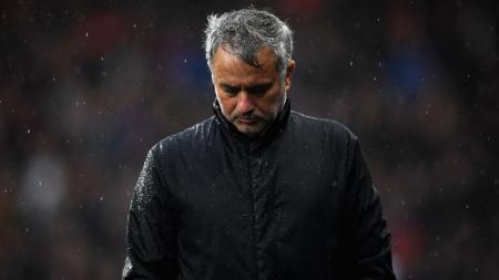 Jose Mourinho tertunduk lesu. - INDOSPORT