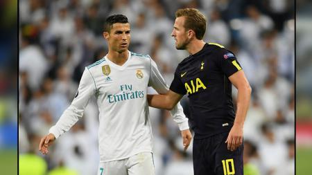 Striker Tottenham Hotspur, Harry Kane (kanan) meminta jersey dari pemain megabintang Real Madrid, Cristiano Ronaldo. - INDOSPORT