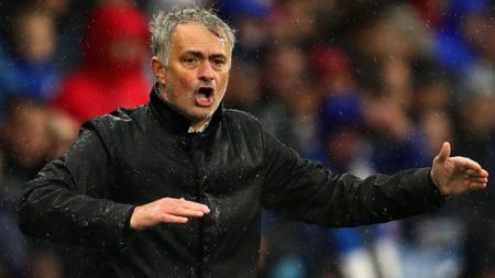 Pelatih Jose Mourinho memberikan arahan kepada anak asuhnya. - INDOSPORT
