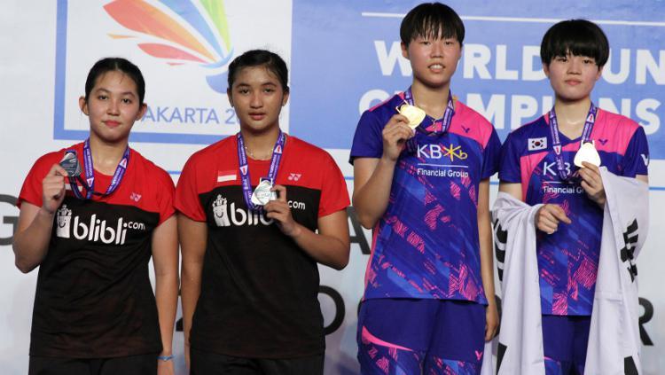 Jauza Fadhila Sugiarto/Ribka Sugiarto dan Ha Na-baek/Yu Rim-lee di podium World Junior Championships 2017. Copyright: Humas PBSI