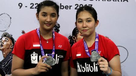 Jauza Fadhila Sugiarto (kiri), bersama Ribka Sugiarto saat raih medali perak di World Junior Championships 2017. - INDOSPORT