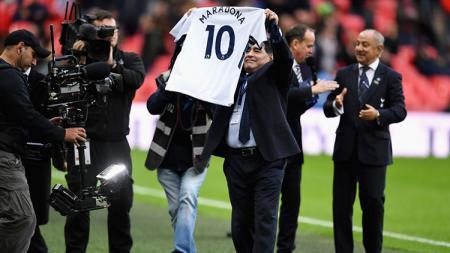 Diego Maradona saat menyaksikan laga Tottenham vs Liverpool. - INDOSPORT