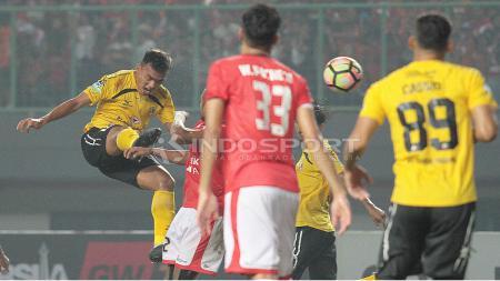 Aksi tendangan ke gawang pemain Semen Padang ke gawang Persija Jakarta. - INDOSPORT