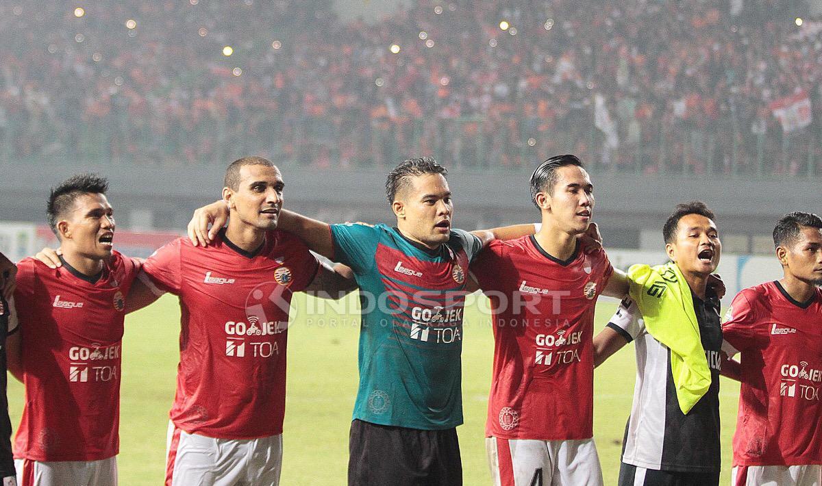 Para penggawa Persija Jakarta menyanyikan lagu Salam Satu Jiwa bersama suporter usai pertandingan. Herry ibrahim/INDOSPORT Copyright: Herry ibrahim/INDOSPORT