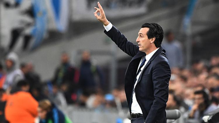 Pelatih Unai Emery memberikan arahan kepada anak asuhnya saat melawan Olympique Marseille. Copyright: INDOSPORT