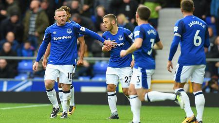 Wayne Rooney usai merayakan gol bersama rekan satu timnya. - INDOSPORT