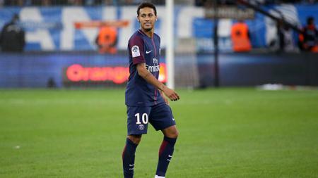 Neymar tersenyum pasca menerima kartu merah. - INDOSPORT