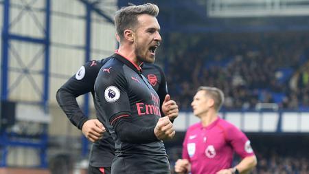 Aaron Ramsey merayakan golnya ke gawang Everton. - INDOSPORT