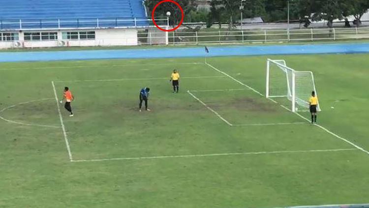 Penalti Absurd di Thailand. Copyright: The Sun