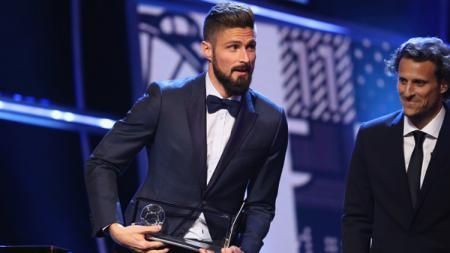 Olivier Giroud menerima Puskas Award 2017. - INDOSPORT