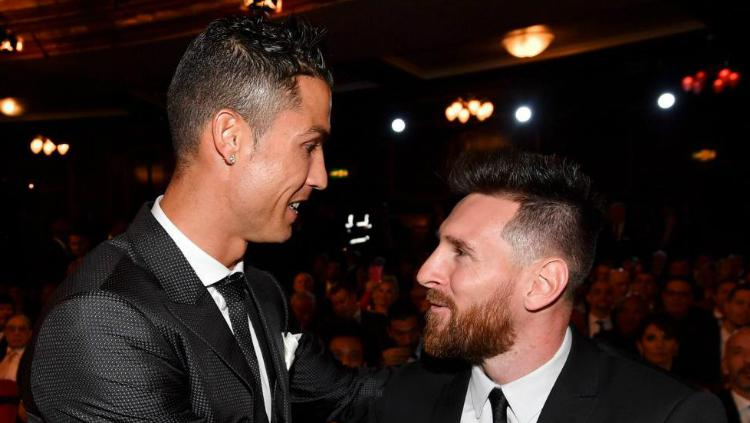 Cristiano Ronaldo dan Lionel Messi dalam acara penghargaan The Best FIFA 2017. Copyright: Twitter/Marca