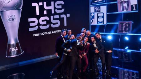 Aktor Inggris Idris Elba, melakukan berpose untuk foto selfie bersama para pemain terbaik dunia yang hadir di acara FIFA Football Award 2017. - INDOSPORT