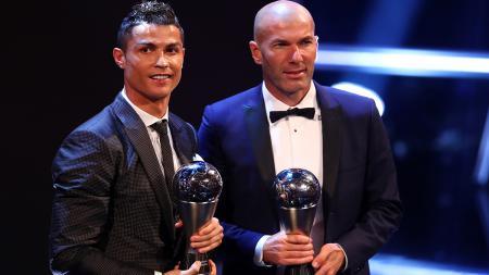 Cristiano Ronaldo (kiri), dan Zinedine Zidane menjadi pria pemain dan pelatih terbaik FIFA 2017. - INDOSPORT