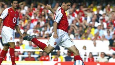 Cesc Fabregas pindah dari Arsenal ke Barcelona karena timnya kerap kalah di Liga Inggris. - INDOSPORT